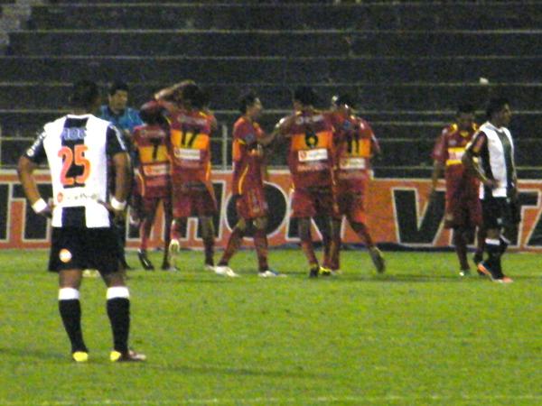 DOS CLAVADOS. Dos goles clavados, y dos centrales clavados sobre el césped. Así los dejó Huancayo a Solís y Fleitas, quienes venían teniendo aceptables actuaciones en el torneo. (Foto: Wágner Quiroz)