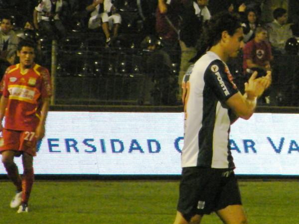 CON GANAS, PERO SIN IDEA. José Carlos Fernández quiso participar del juego, pero su equipo no se lo permitió. Entró algo atolondrado el ariete blanquiazul. (Foto: Wágner Quiroz)