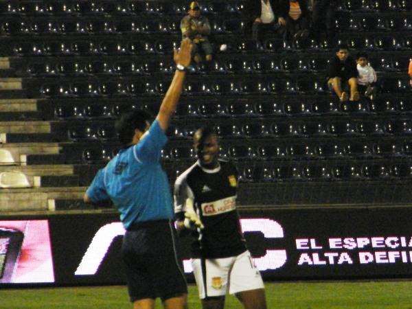 SONRÍE UNA SEMANA MÁS. Jorge Rivera se despide de Albert Caballero cuando este pitaba el final. El colombiano sueña con llegar a una Libertadores con Sport Huancayo. (Foto: Wágner Quiroz)