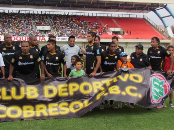 DESCUADRADO. Los jugadores de Cobresol estaban acelerados por iniciar las acciones. (Foto: Diario La Prensa Regional)