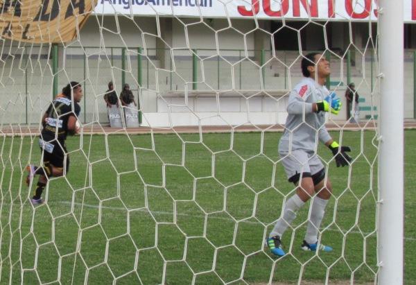PISO LA MINA. Luis Mina Polo anotó el empate para Cobresol ante un error de la última línea merengue que trato de dejarlo en posición adelantada. (Foto: Diario La Prensa Regional)