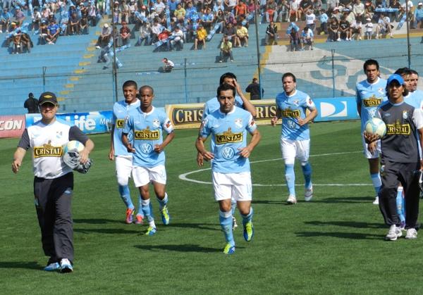 LEVANTAN CABEZA. Los jugadores de Cristal salían al campo dispuestos a revertir la mala situación. (Foto: Abelardo Delgado)