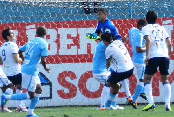 SALE A NADA. Manuel Heredia intenta atrapar un balón, pero se lleva de encuentro a su defensa. (Foto: Abelardo Delgado)