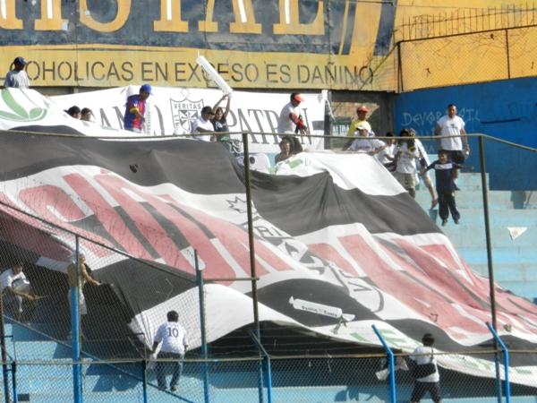 UNOS CUANTOS. Pasión Santa se hizo presente en el San Martín y alentó hasta el final, por si no se dieron cuenta. (Foto: Abelardo Delgado)