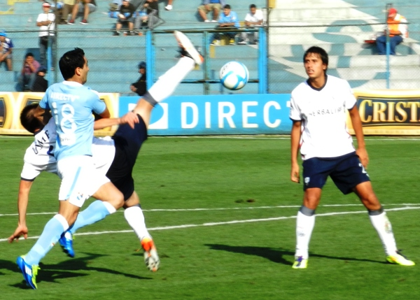 UNA PISCA. Miguel Ximénez no encontraba ninguna opción de gol en el área de San Martín. (Foto: Abelardo Delgado)
