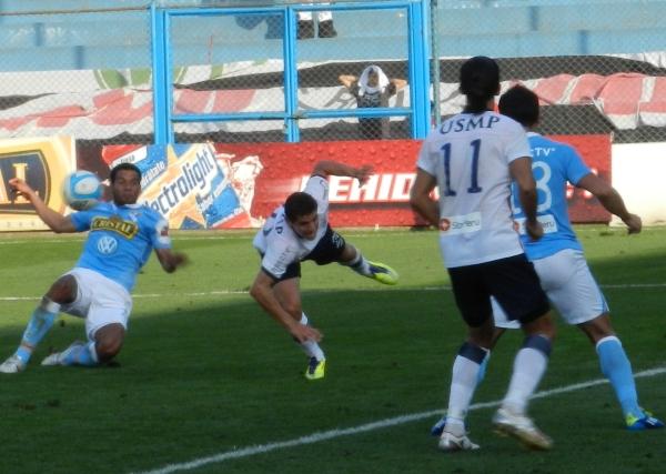 NO SALE NADA. Este remate de Piero Alva que tenía destino de gol, fue bloqueado oportunamente por Aldo Corzo. (Foto: Abelardo Delgado)