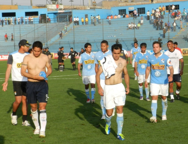 NO PASA NADA. Los jugadores de Cristal salen con emociones encontradas tras la derrota humillante ante San Martín. (Foto: Abelardo Delgado)