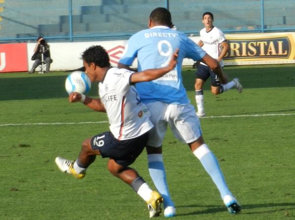 CARRO CHOCÓN. José Shoro entró para correr detrás del balón pero casi nunca lo encontró. (Foto: Abelardo Delgado)