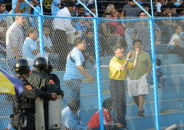LA FURIA CELESTE. Los hinchas ya no soportan a Reynoso ni al equipo. (Foto: Abelardo Delgado)