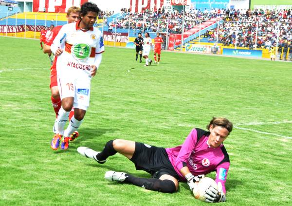 AMENAZA. Humberto Osorio ya merodeaba el arco de Diego Penny. El goleador colombiano  asustaba a la visita. (El Romántico de Ayacucho)