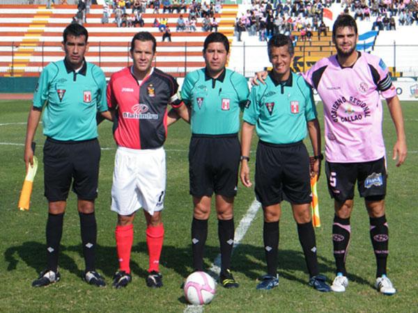 UN MURO. Fernando Alloco posa para la foto como capitán del elenco rosado junto a Antonio Meza Cuadra y Roberto Mauro. (Foto: Wagner Quiroz / DeChalaca.com)