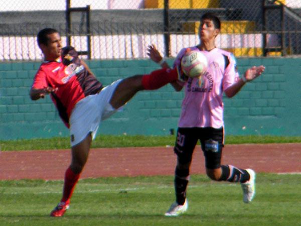 ALZA LAS MANOS. Hansell Riojas y Juan José Barros tuvieron un duelo aparte por la franja que ambos ocupaban. (Foto: Wagner Quiroz / DeChalaca.com)