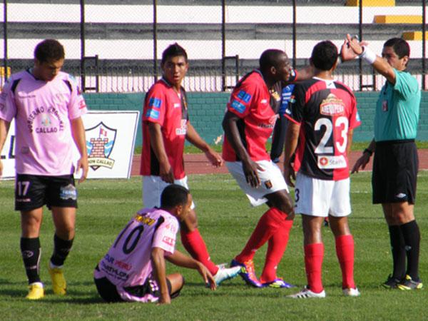 NO SE ENTIENDE. Asprilla no logra captar lo que Roberto Mauro llega a cobrarle al defensor colombiano. (Foto: Wagner Quiroz / DeChalaca.com)