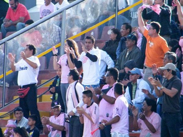 PRESENTE, MI GENTE. Los chalacos festejaban así el gol de Paulo Albarracín. (Foto: Wagner Quiroz / DeChalaca.com)