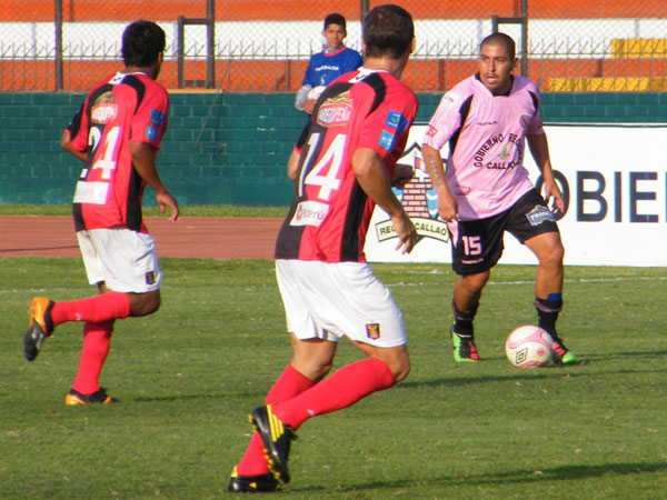 VISTA PANORÁMICA. Desde la primera línea de volantes, Mario Gómez trataba de organizar el juego rosado. (Foto: Wagner Quiroz / DeChalaca.com)