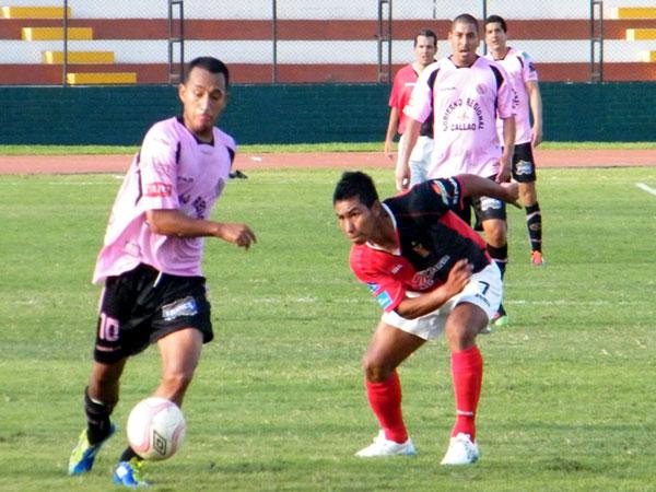 A RAS DE CAMPO. Ángel Ojeda se ocupó más en la marca que en jugar, pues al frente tenía a Micahel Guevara, quien jugó de titular a pesar de haber tenido minutos en Quito por Eliminatorias. (Foto: Wagner Quiroz / DeChalaca.com)