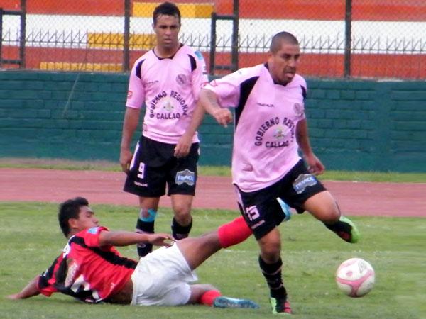 PA LANTE. Mario Gómez mostró bastante garra en el partido. A pesar de ir ganando, Gömez no dejaba de correr. (Foto: Wagner Quiroz / DeChalaca.com)