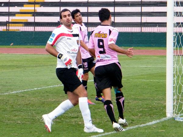 SE VA VOLANDO. José Carvallo apura el juego. El arquero por dentor no puede creer que el partido se le haya escapado de las manos. (Foto: Wagner Quiroz / DeChalaca.com)