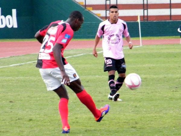 SAQUE SI QUIERE GANAR. Néstor Asprilla apostaba por el pelotazo a cancha contraria para acortar pasos al ataque. (Foto: Wagner Quiroz / DeChalaca.com)