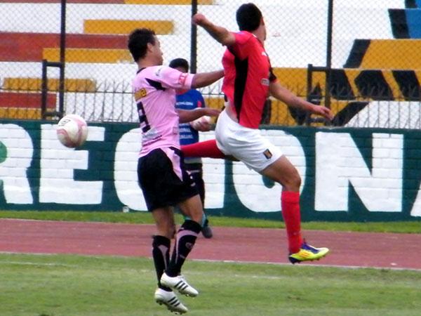 LOS TIENE LOCOS. Leandro Franco elevó en algo su nivel luego del gol. El brasileño también aportó en el pressing rosado. (Foto: Wagner Quiroz / DeChalaca.com)