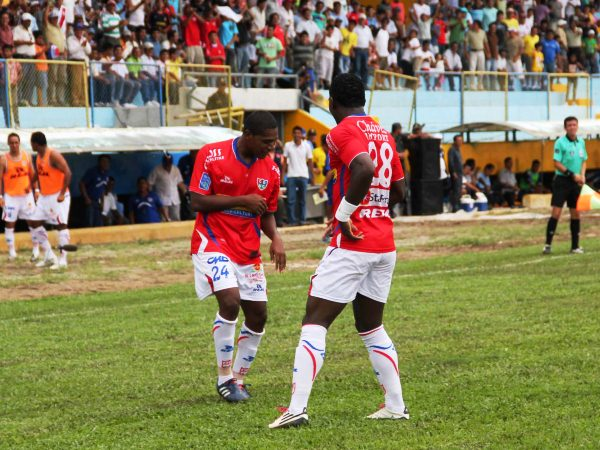 Luis Laguna, a la izquierda con el número '24', celebra junto a Álex Sinisterra el que fue su segundo y último gol con Unión Comercio (Foto: Jhon Guevara, Revista Alto Mayo)