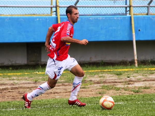 FLACO ELEGANTE. Horacio Calcaterra mostró su depurada técnica siendo la manija del equipo local. (Foto: Revista Alto Mayo)