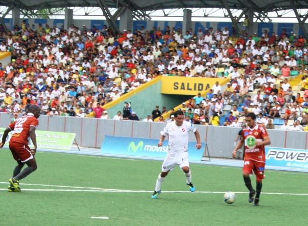LO TIENEN CONTROLADO. Molina traslada el balón en las inmediaciones de su área pese a la presencia de Salazar, quien corre desesperado tras la pelota. (Foto: Fernando Herrera)