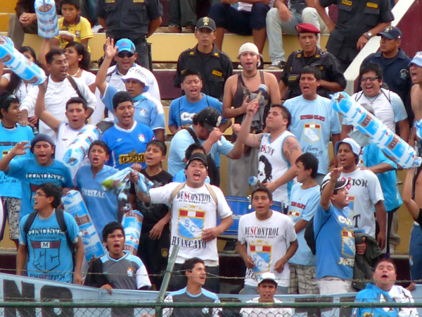 TAMBIÉN PRESENTE. Una barra de Sporting Cristal también estuvo alentando a su elenco en tan importante encuentro. (Foto: Jesús Suárez / DeChalaca.com)