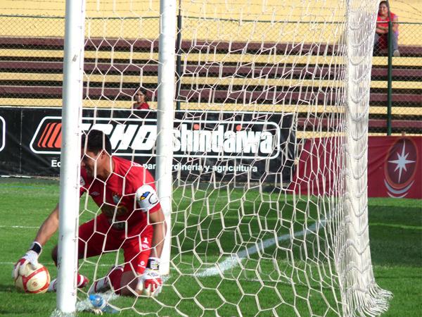 SALVANDO ALGO. Erick Delgado coge el balón tras un jugada de peligro a favor de León. (Foto: Jesús Suárez / DeChalaca.com)