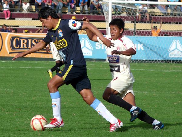 SALIENDO A BUSCAR. Walter Vílchez sale con el balón mientras Víctor Peña va a la marca.  (Foto: Jesús Suárez / DeChalaca.com)