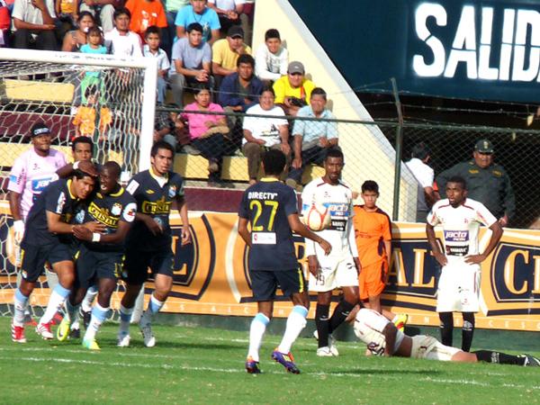 Y SE LOGRÓ. Walter Vílchez se disfrazó de salvador y anotó la igualdad a favor de Sporting Cristal. (Foto: Jesús Suárez / DeChalaca.com)
