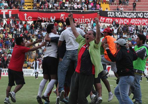 GANARON SU FINAL. Tras el pitazo final  los jugadores del equipo arequipeño protagonizaron una emotiva celebración.  (Foto: Diario El Pueblo de Arequipa)