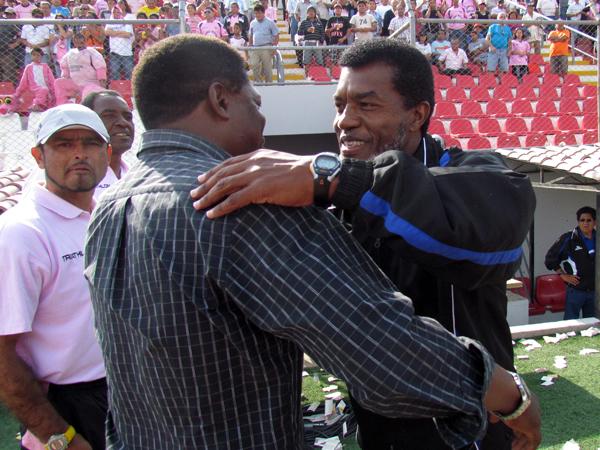 BIEN CHOCHERAS. Julio César Uribe y Alberto Castillo se dan un fuerte abrazo antes de comenzar el encuentro entre su equipos. (Foto: JoséSalcedo / DeChalaca.com)
