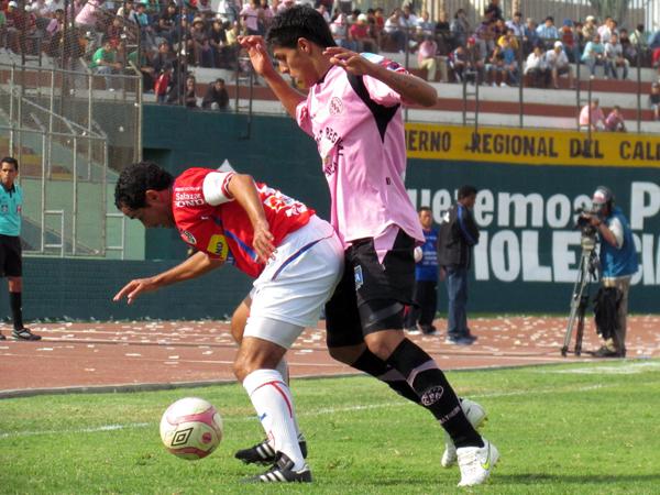 GUARDA AHÍ. Aldo Olcese cubre bien el balón ante la marca de Hansell Riojas. (Foto: José Salcedo / DeChalaca.com)