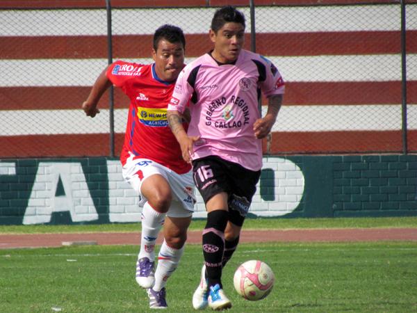 ARREMETIENDO. Antonio Lizarbe busca salir con tranquilidad pero Roberto Jiménez ya está para la marca. (Foto: José Salcedo / DeChalaca.com)