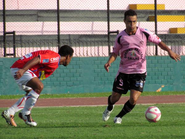 UNA TENÍA QUE HACER. Leandro Franco domina el balón y ya busca armar la jugada. (Foto: José Salcedo / DeChalaca.com)