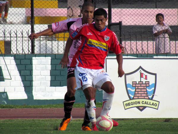 MAS PRESIÓN. Jahirsino Baylón arremete ante la humanidad de Wilber Huaynacari, quien tiene las de ganar. (Foto: José Salcedo / DeChalaca.com)