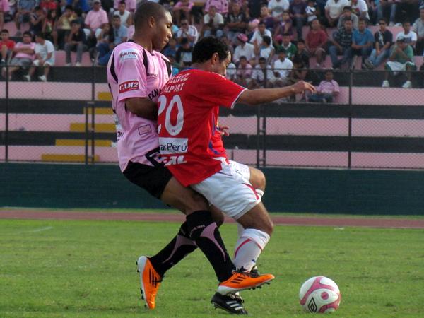 APRETANDO. Baylón lucha con fuerza y trata de ganarle a Aldo Olcese. (Foto: José Salcedo / DeChalaca.com)