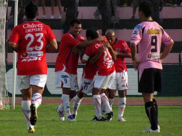 CASI SENTENCIADO. Miguel Trauco aprovecha un error en defensa y anota el tercer gol de Unión Comercio. Sprot Boys lo lamentaba. (Foto: JoséSalcedo / DeChalaca.com)