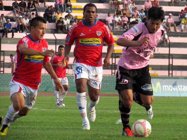 INSISTENCIA TOTAL. Caggiano nuevamente va al ataque. Jersson Vásquez va a la marca. (Foto: José Salcedo / DeChalaca.com)