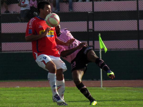 COMO SEA PARA SACAR. Jair Yglesias de complica un poco pero logro botar un balón que casi gana Roberto Jiménez. (Foto: José Salcedo /DeChalaca.com)