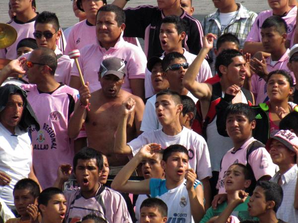 SIEMPRE ACOMPAÑANDO. La barra de Sport Boys siempre alentando a su equipo. Se hizo sentir durante todo el encuentro. (Foto: José Salcedo/ DeChalaca.com)