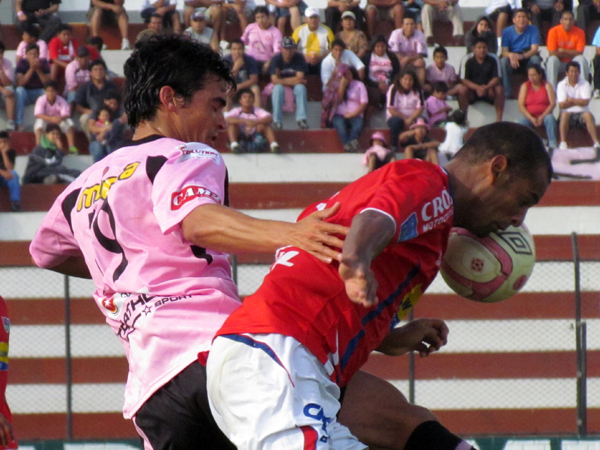 YA INQUIETABA. Jeremías Caggiano trata de ganar el balón pero Pedro Plaza ya se interpone. (Foto: José Salcedo / DeChalaca.com)