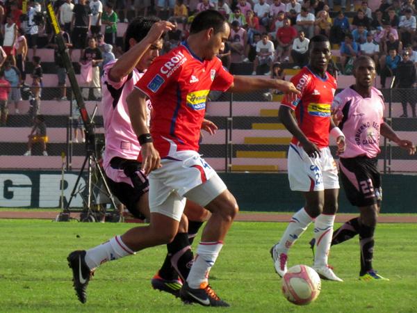 SIN OPCIONES PARA GANAR. Héctor Sosa sale con el balón y le gana a Jeremías Caggiano, quien busca ganar el esférico. (Foto: José Salcedo /DeChalaca.com)