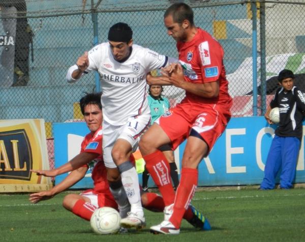 ACCESO LIBRE. Alemanno logra superar la presencia de Retamoso y Iurino, y enrumba hacia el arco de Noriega. (Foto: Abelardo Delgado / DeChalaca.com)
