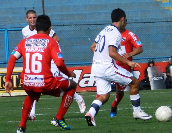 ARMAN JUEGO.  Sánchez trató de juntarse con Marinelli en reiteradas oportunidades para hilvanar futbol en el conjunto albo. (Foto: Abelardo Delgado / DeChalaca.com)