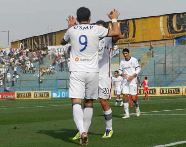 PONEN SEGUNDA. Arriola puso el segundo mediante un golpe de cabeza. En la imagen el momento de su celebración. (Foto: Abelardo Delgado / DeChalaca.com)