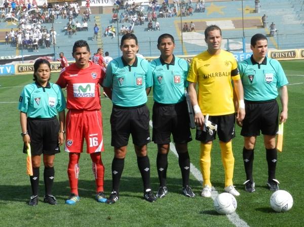 TODOS UNIDOS. Así posaron los capitanes de ambos equipos junto con la terna arbitral antes del compromiso. (Foto: Abelardo Delgado / DeChalaca.com)