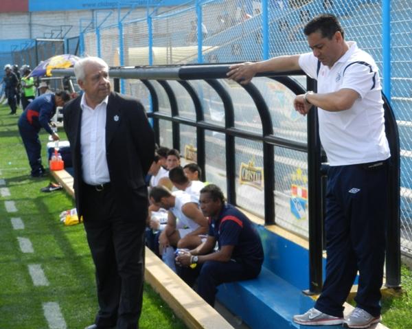 YA ES LA HORA. El 'Maño' Ruiz se mostró un poco impaciente antes del partido ante el conjunto imperial. (Foto: Abelardo Delgado / DeChalaca.com)