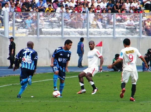 YA SABE MOVERSE. A comparación de otras jornadas, Mendoza se mostró seguro en su banda y no les dio opciones a los jugadores del cuadro trujillano. (Foto: Wagner Quiroz / DeChalaca.com)